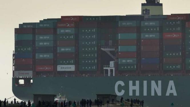 Kapal yang membawa barang-barang peti kemas ke China.