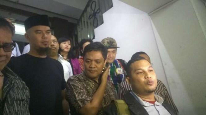 Ahmad Dhani (kiri) usai menjalani pemeriksaan sebagai saksi dugaan makar untuk tersangka Sri Bintang Pamungkas di Markas Polda Metro Jaya pada Rabu tengah malam, 20 Desember 2016.
