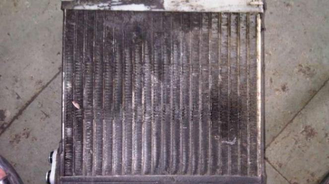 Evaporator AC Mobil yang sudah tidak layak pakai.