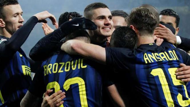 Para pemain Inter Milan merayakan gol