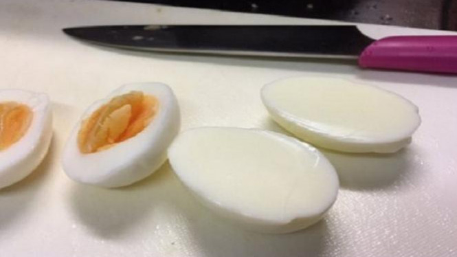 Telur rebus aneh.