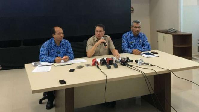 Kepala BNPB Willem Rampangilei (tengah) dalam konferensi pers gempa Aceh