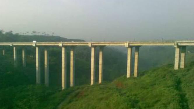 Ilustrasi jembatan Cisomang di Tol Purbaleunyi