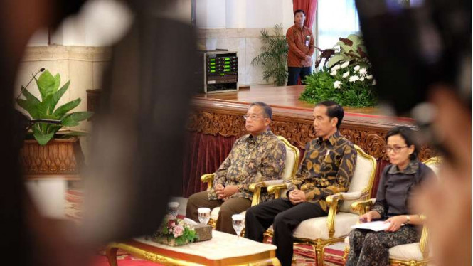 Presiden Jokowi dan Gubernur BI Darmin Nasution di Istana Negara