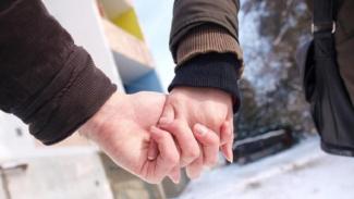 https://thumb.viva.co.id/media/frontend/thumbs3/2016/12/24/585de51e56447-empat-tanda-hubungan-cinta-akan-langgeng_325_183.jpg