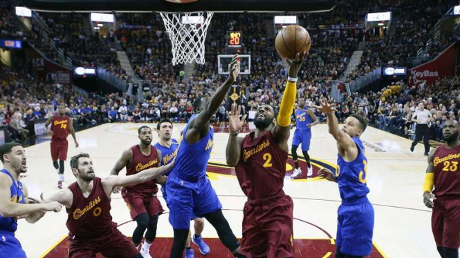 Pemain Cleveland Cavaliers, Kyrie Irving, saat hadapi Golden State Warriors