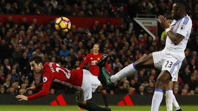 Pemain Manchester United, Henrikh Mkhitaryan mencetak gol ke gawang Sunderland