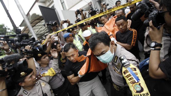 Petugas mengevakuasi enam jenazah korban pembunuhan di Pulomas, Jakarta Timur, Selasa (27/12/2016)