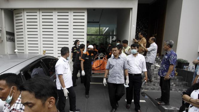 Petugas Kepolisian mengevakuasi lima jasad korban pembunuhan di Pulomas ke RS Polri Kramatjati.