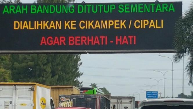 Kendaraan arah Bandung dialihkan ke Cikampek atau Cipali, Rabu (28/12/2016)