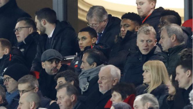 Manajer Manchester City, Pep Guardiola, saat menonton di Anfield.