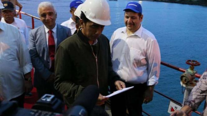 Presiden Joko Widodo di kapal apung pembangkit listrik