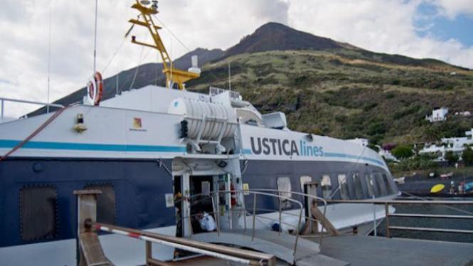 Perahu yang mengantarkan turis ke Sicilia.