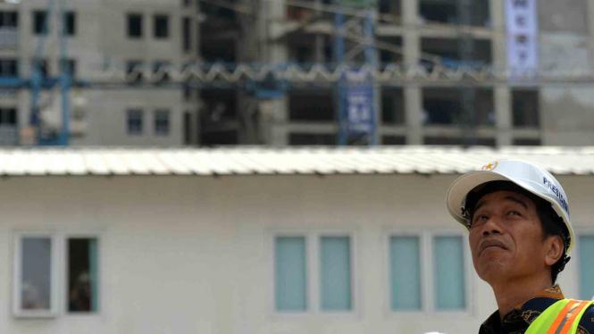Presiden Jokowi saat meninjau Wisma Atlet Kemayoran.