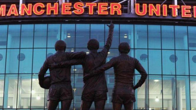 Patung The Holy Trinity, ikon markas MU, Old Trafford