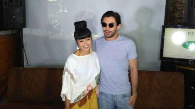 Penyanyi cantik Yura Yunita dan Reza Rahardian