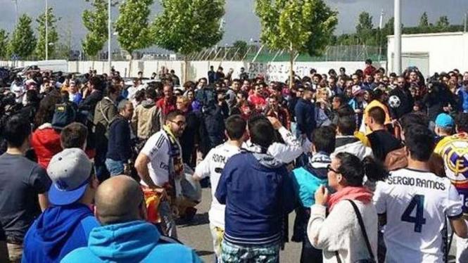 Fans Real Madrid memadati tempat latihan tim.