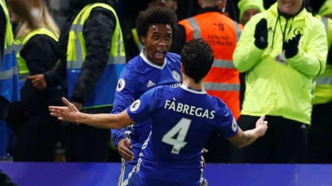 Winger Chelsea, Willian rayakan gol bersama Cesc Fabregas