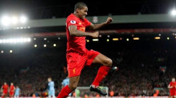 Gelandang Liverpool, Georginio Wijnaldum  rayakan gol ke gawang Manchester City