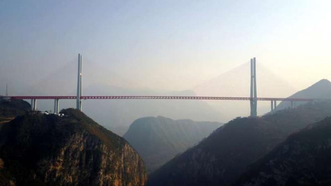 Jembatan Beipanjiang di China.