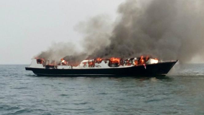 Kapal Zahro Express tujuan Pulau Tidung yang terbakar di tengah laut 1 Januari 2017.