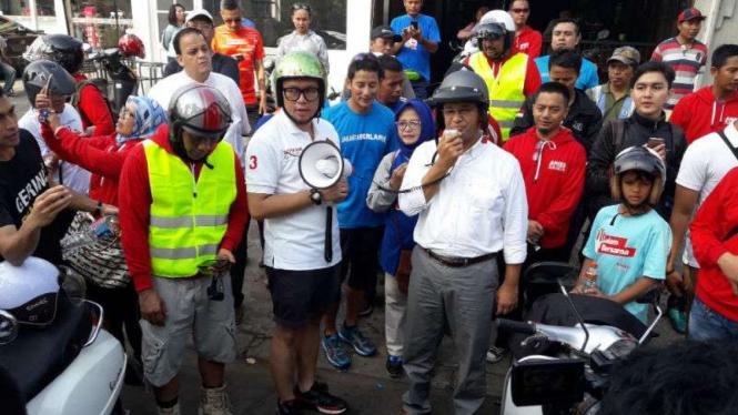 Anies Rasyid Baswedan bersama Sandiaga Salahuddin Uno saat berkampanye di kawasan Kemang, Jakarta Selatan, pada Minggu, 1 Januari 2016.