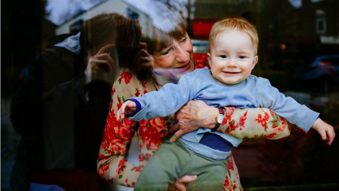 Ilustrasi nenek dan cucu