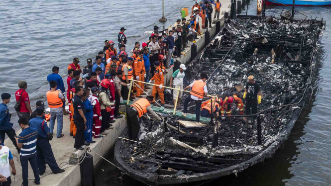 Evakuasi Kapal Terbakar Zahro Express