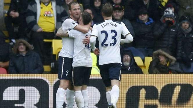Para pemain Tottenham Hotspur merayakan gol Harry Kane.