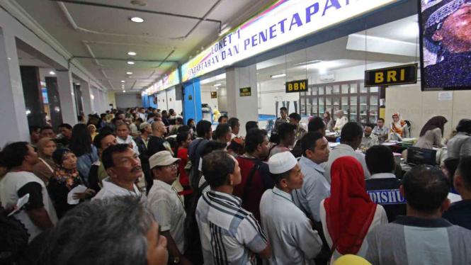 Banyak warga antre di Kantor Samsat