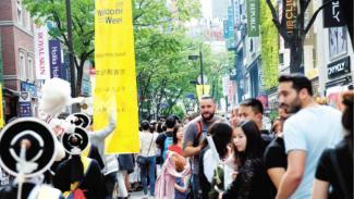 Wisatawan Asing berwisata ke Korea Selatan.