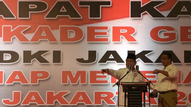 Ketua Umum Partai Gerindra Prabowo Subianto berbincang dengan Gubernur DKI Jakarta Anies Baswedan.