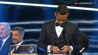 Striker Malaysia, Mohd Faiz Subri, saat mengecek ponselnya