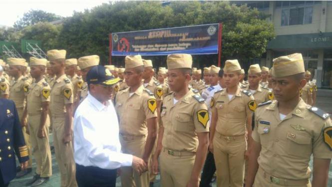 Menteri Perhubungan Budi Karya Sumadi bersama taruna dari Politeknik Ilmu Pelayaran (PIP) Semarang, Kamis (12/1/2017)