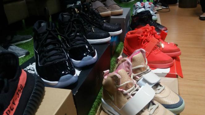 Berburu sneakers langka.