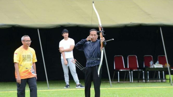 Gaya latihan panahan Jokowi di Pusdikzeni Kota Bogor.