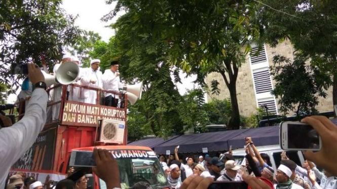 Habib Rizieq di atas mobil komando FPI.