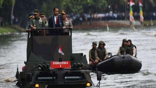 Presiden Jokowi menjajal Panser Anoa 2 6x6 Amphibious di Mabes TNI Cilangkap