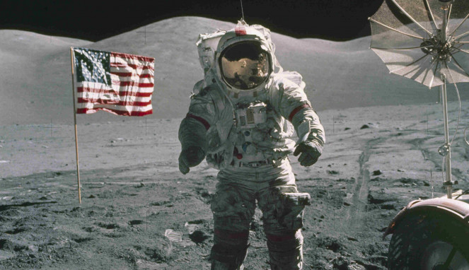 Eugene Cernan di permukaan Bulan