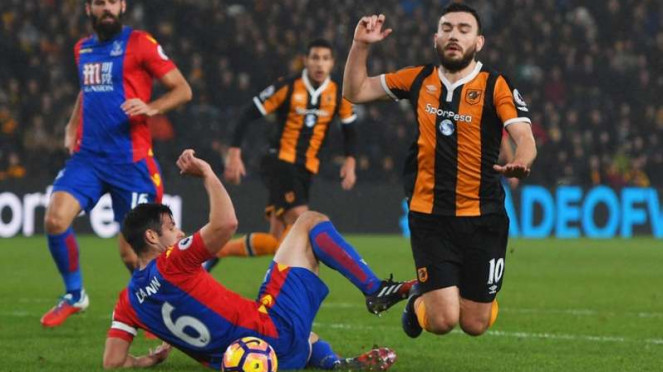 Pemain Hull City, Robert Snodgrass, ketika dapat penalti.