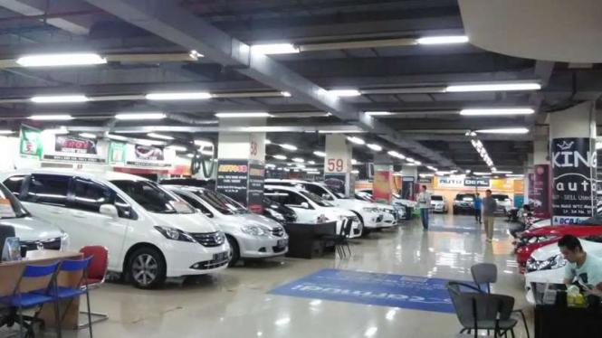 Penjualan mobil di WTC Mangga Dua, Jakarta.