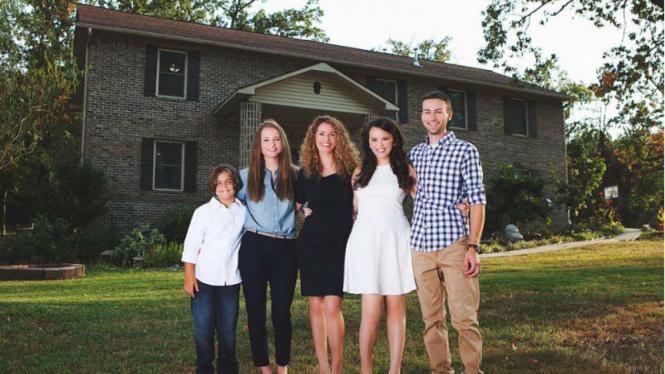 Cara Brookins bersama empat orang anaknya di rumah yang dibuat.