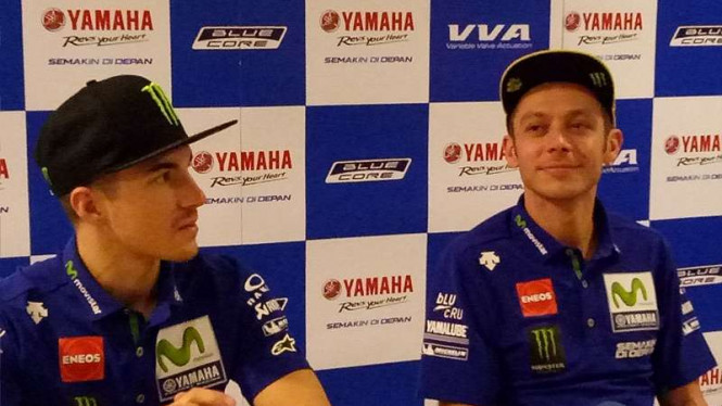 Pembalap Yamaha, Maverick Vinales (kiri) dan Valentino Rossi.