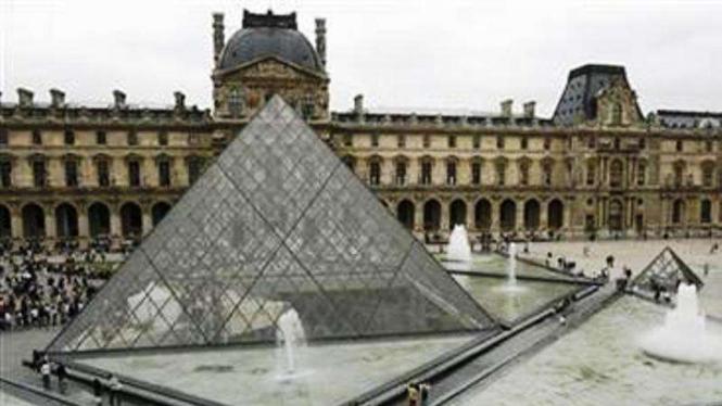 Museum Louvre di Paris, Prancis.