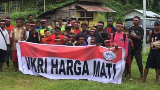 Puluhan warga Papua menggelar aksi menolak petisi kemerdekaan Papua di perbatasan RI-Papua Nugini, sekira 200 meter dari Markas OPM Viktoria, pada Jumat, 27 Januari 2017.