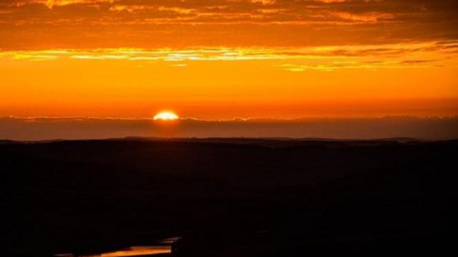 Ilustrasi matahari terbit.