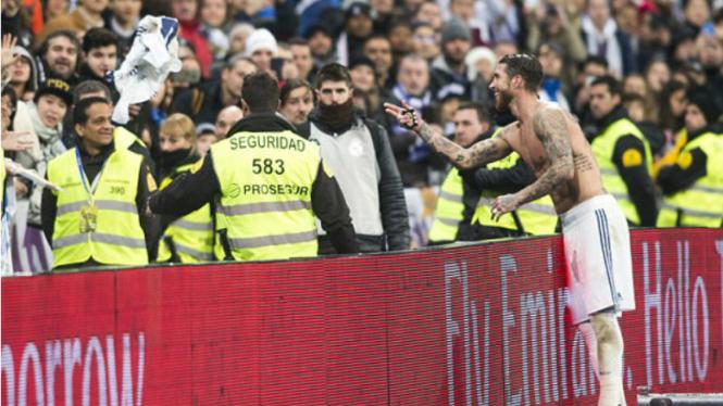 Kapten Real Madrid, Sergio Ramos, lempar jerseynya ke tribun.