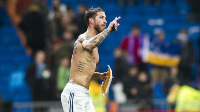 Kapten Real Madrid, Sergio Ramos, membawa sepaket daging babi dari penggemarnya