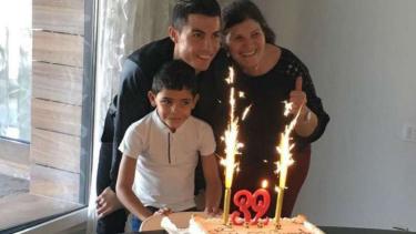 Cristiano Ronaldo saat merayakan HUT ke-32 bersama ibu dan putranya.