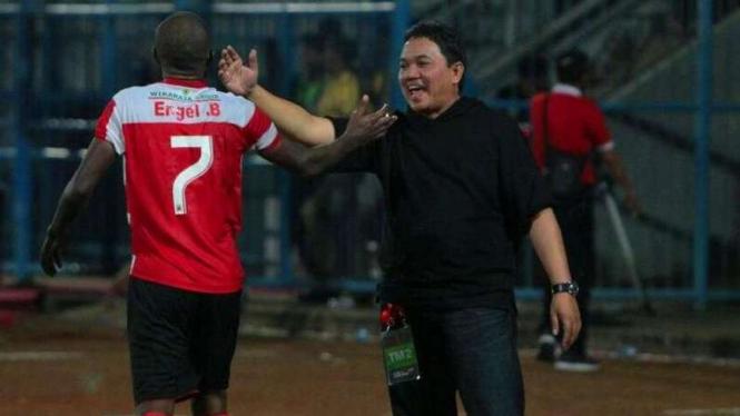 Presiden klub Madura United, Achsanul Qosasi (kanan)